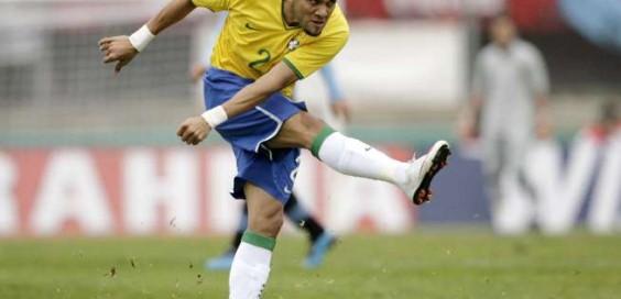 Daniel Alves marca contra o Uruguai