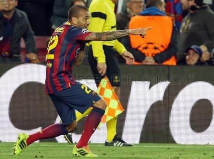 Daniel Alves marca contra Manchester City no Camp Nou
