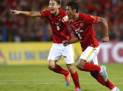 Paulinho comemora gol pela Guangzhou