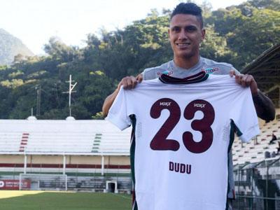 Dudu com a camisa do Fluminense