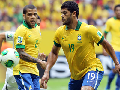 Hhulk e Daniel Alves em ação pela seleção