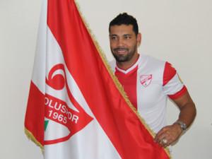 André Santos com a camisa e bandeira do Boluspor