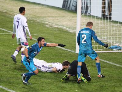 Giuliano faz o segundo contra o Anderlecht