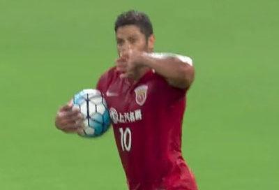 Hulk converte pênalti contra o Jiangsu