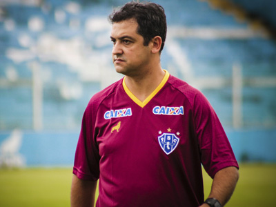 Marquinhos Santos observa o treino
