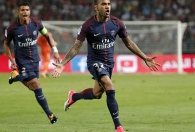 Daniel Alves marca gol