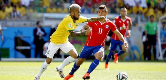 Daniel Alves passa pela marcação de Vargas