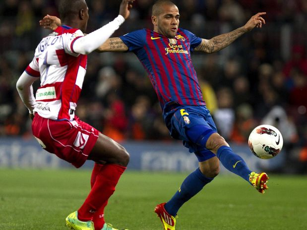 Daniel Alves faz assistência