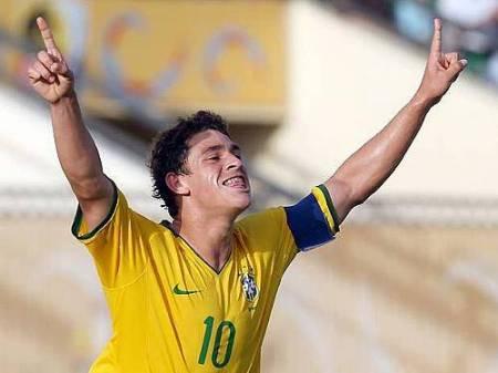 Giuliano comemora gol na seleção